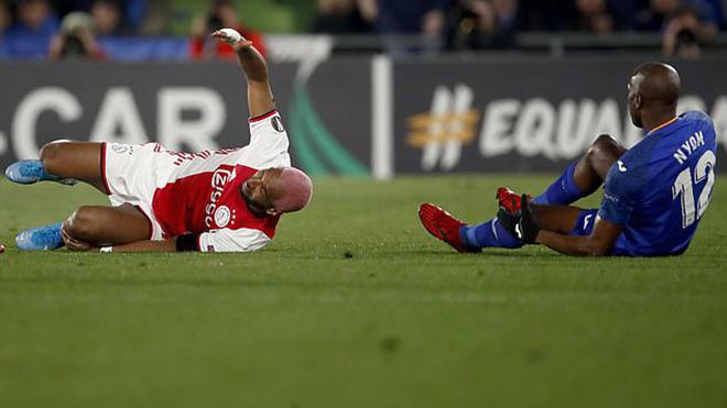 VIDEO: Tiền đạo Ajax lăn lộn trên sân để giễu cợt phản ứng của đối thủ