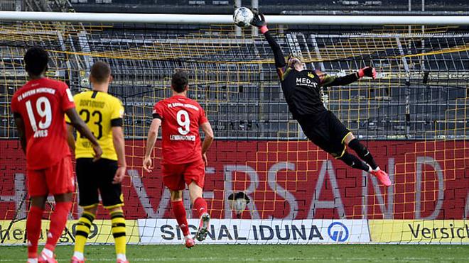 CĐV phát cuồng vì cú lốp bóng siêu đẳng của Kimmich vào lưới Dortmund