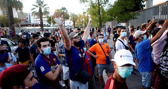 Messi, Messi đòi rời Barcelona, CĐV Barcelona nổi giận, CĐV đòi Bartomeu từ chức, CĐV Barca biểu tình, CĐV Barca, CĐV Barcelona, Barcelona khủng hoảng,  chủ tịch Bartomeu