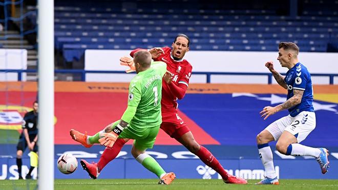 Trọng tài Premier League: Pickford 'chặt giò' Van Dijk như Keane đạp gãy chân Haaland