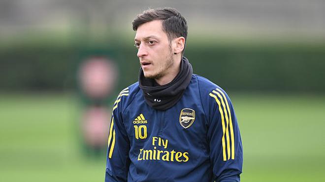 CĐV Arsenal phản ứng ra sao trước tâm thư của Mesut Oezil?