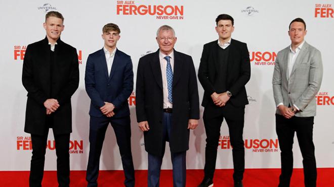 Maguire làm điều khiến CĐV MU thích thú trong buổi ra mắt phim của Sir Alex