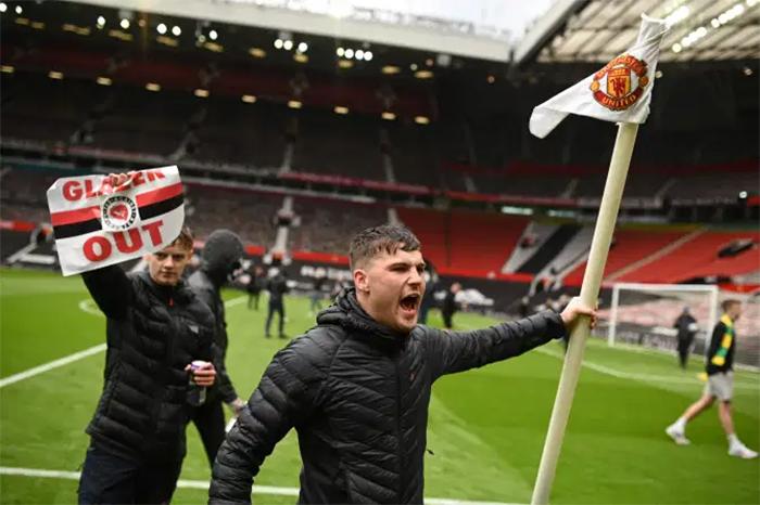 CĐV MU làm loạn, Trận MU vs Liverpool bị hoãn, Trận MU Liverpool bao giờ đá lại, CĐV MU biểu tình, Hoãn trận MU vs Liverpool, MU vs Liverpool, MU, BXH Anh