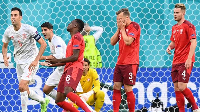 Tin EURO 3/7: Kỉ lục về pha phản lưới ở EURO. CĐV đỏ mặt với pha tụt quần của cầu thủ Ý