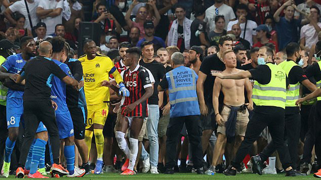 CĐV đánh nhau to với cầu thủ, trận Nice vs Marseille bị hoãn