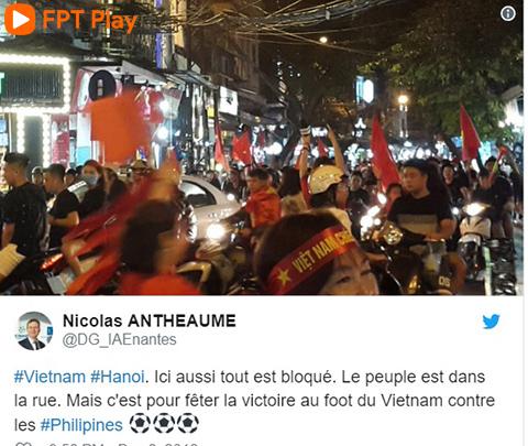 """""""Hà Nôi, Việt Nam. Mọi người đổ ra đường. Mọi phương tiện bị chặn lại. Lý do là họ đang ăn mừng chiến thắng ở AFF Cup"""", một tài khoản viết bằng tiếng Pháp."""