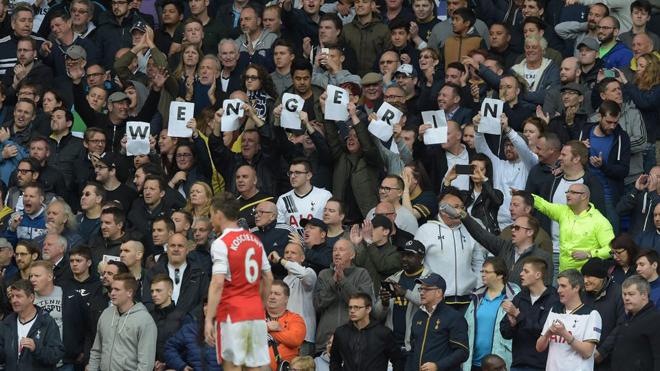 Fan Tottenham thảm thiết kêu gào Wenger... ở lại Arsenal