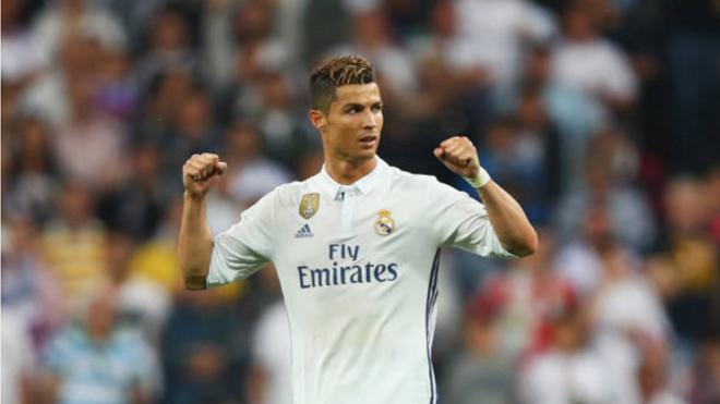 'Messi chỉ biết giơ áo, còn Ronaldo biết giơ cả cúp nữa. Đấy là sự khác biệt'