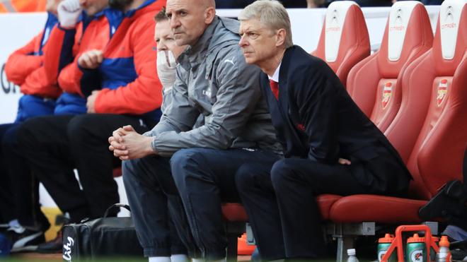 Sốc với hình ảnh thành viên Arsenal thản nhiên ăn kẹo trong trận thắng Man United