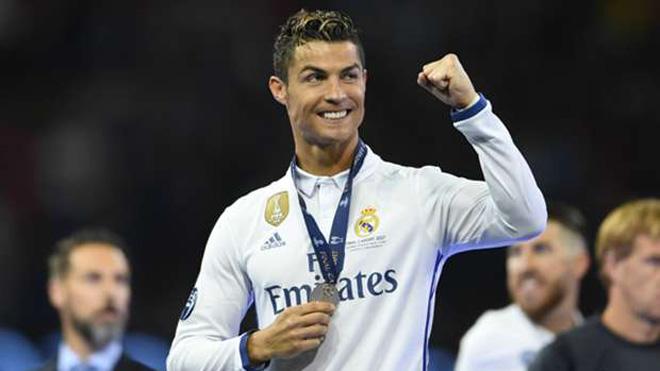 Ronaldo hát vang 'Cristiano, Quả bóng Vàng' trong lễ ăn mừng tại Bernabeu