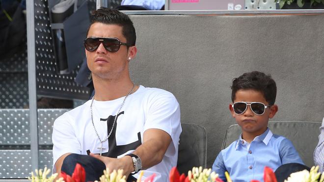 Cristiano Ronaldo gây sốc khi chào đón cặp song sinh nhờ đẻ thuê