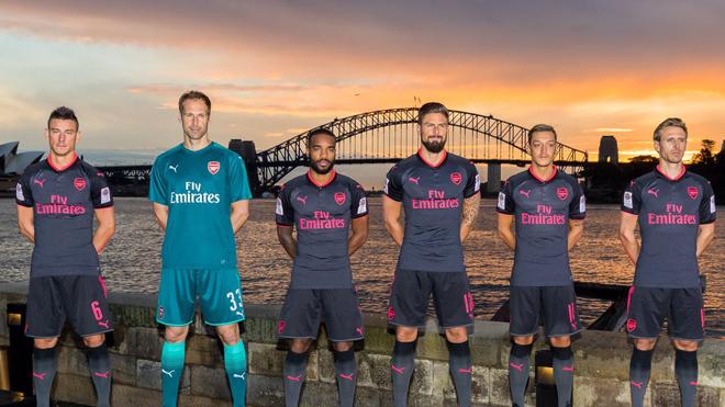 Áo đấu mới của Arsenal bị chê 'sốc, kinh dị và... nữ tính'