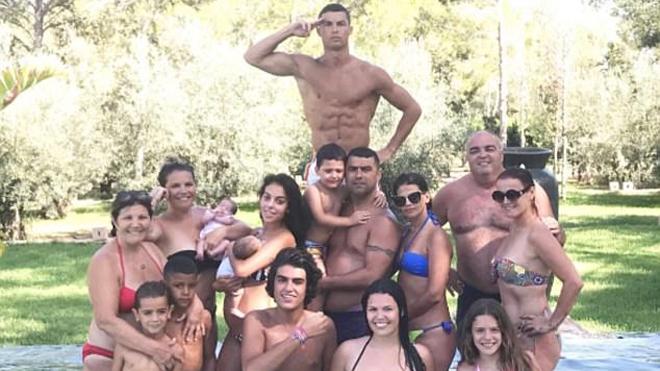 Bức ảnh Ronaldo khoe bụng 6 múi bên bạn gái mang bầu và gia đình gây sốt