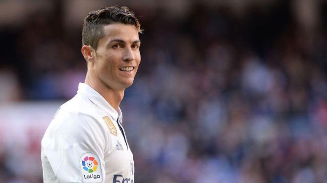 Ronaldo đòi tăng lương để cạnh tranh với Messi