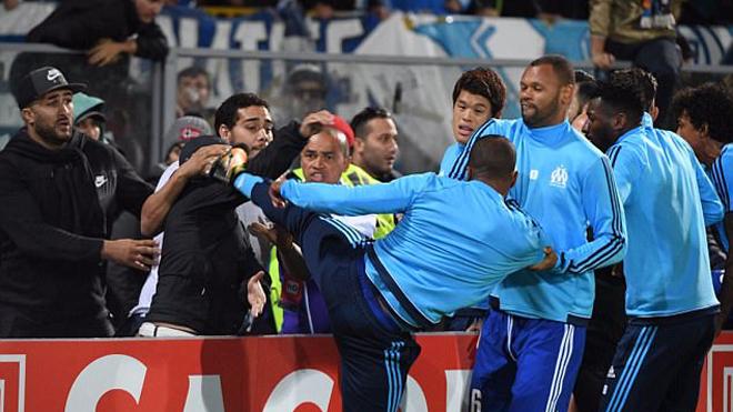 Cận cảnh cú đá 'Cantona kick' khiến Patrice Evra nhận thẻ đỏ trước lúc ra sân