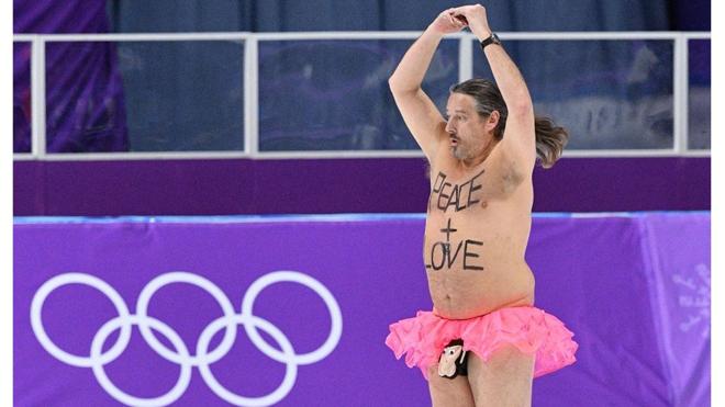 'Chuyên gia khỏa thân' tái xuất tại sân trượt băng ở Olympic mùa Đông