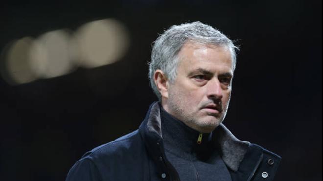 M.U bị loại khỏi Champions League, fan lập tức kêu gào đòi sa thải Mourinho