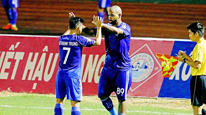 Vòng 23 Toyota V-League 2017: Quảng Nam thắng 9 người SHB Đà Nẵng, soán ngôi đầu của FLC Thanh Hóa