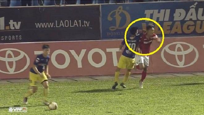Văn Quyết bị treo giò 2 trận vì đánh cùi chỏ Nghiêm Xuân Tú