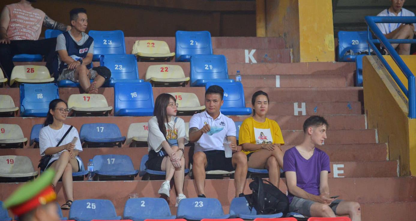 Nc247info tổng hợp: Huỳnh Anh 'kèm chặt' Quang Hải trên khán đài