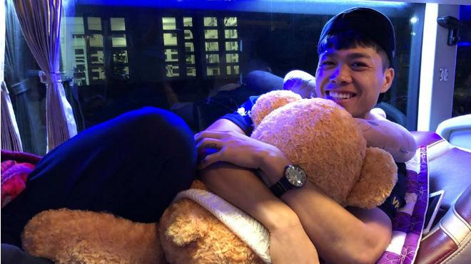Công Phượng khiến fan nữ ghen tỵ với hình ảnh 'ôm gấu'