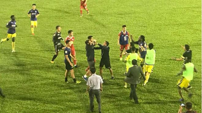 HLV Hà Nội FC tố suýt bị đánh ở sân của HAGL