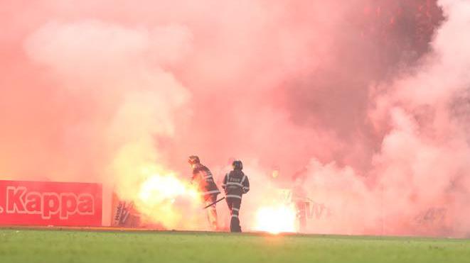 Cần loại hành vi đốt pháo sáng khỏi bóng đá Việt Nam