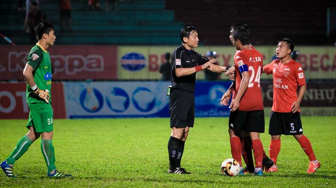 Cựu thủ môn An Giang tố trọng tài 'bẻ còi' trận Long An 'lật lọng'