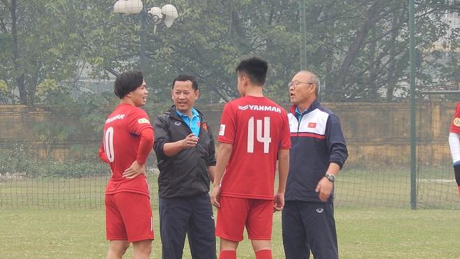 HLV Park Hang Seo thách đấu Công Phượng thi sút bóng trúng xà ngang