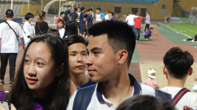Đá dự bị, 'sao' U23 Việt Nam vẫn bị fan 'bao vây' sau trận