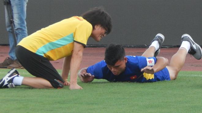 Tuyển thủ U23 Việt Nam phì cười với bài tập hồi phục của bác sỹ Hàn Quốc