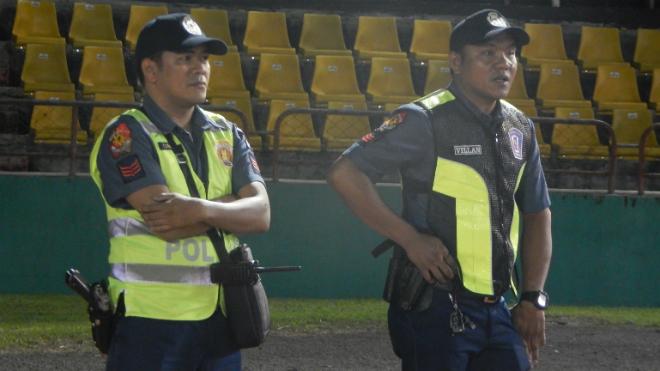 Cảnh sát có vũ trang bảo vệ buổi tập của tuyển Việt Nam