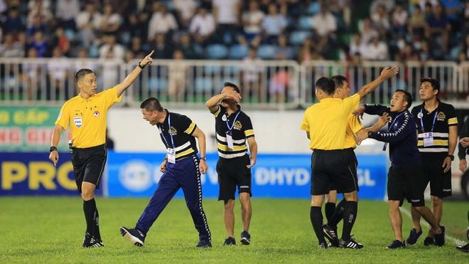 Thực hư vụ việc HLV Hà Nội FC tố bị dọa đánh trên sân HAGL?