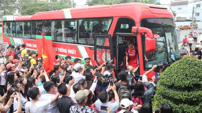 CĐV 'bao vây' U23 Việt Nam, U23 Lào thua đậm trận ra quân ASIAD