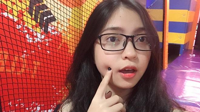 Bạn gái Quang Hải 'livestream' không khí ăn mừng gửi tới U23 Việt Nam