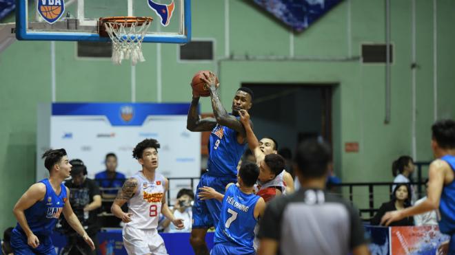 """Kết quả VBA 2018 Game 3: San bằng khoảng cách 20 điểm, Saigon Heat """"bắn hạ pháo đài"""" Bách Khoa"""