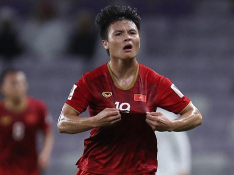 Bóng đá Việt Nam hôm nay: Quang Hải tranh Quả bóng Vàng với Hùng Dũng. Văn Hậu giảm lương