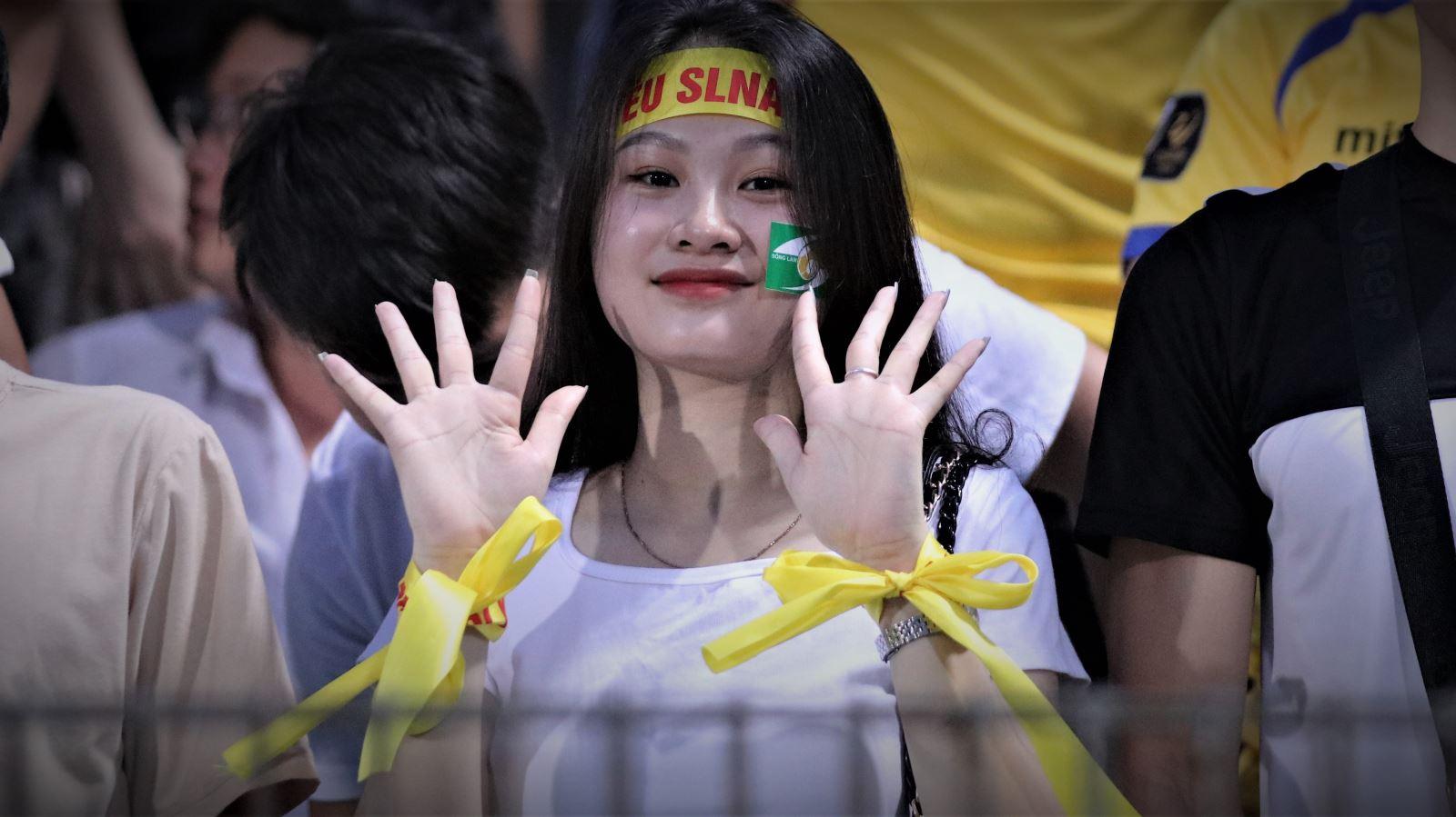 Fan nữ SLNA 'quẩy' tưng bừng trong ngày thắng sốc Hà Nội