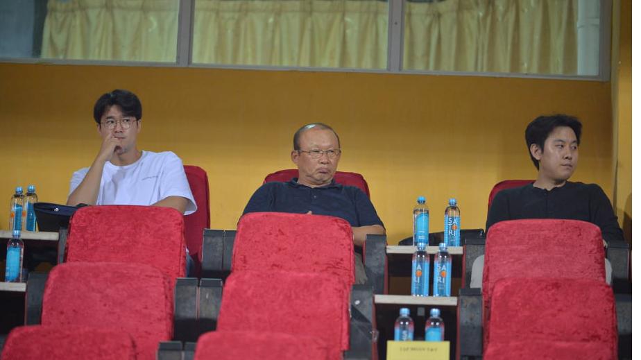 HLV Park Hang Seo trầm ngâm theo dõi Viettel cầm hòa Hà Nội
