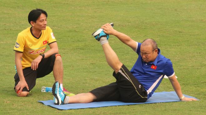 Tiến Dũng và Quang Hải vắng mặt, HLV Park Hang Seo tập Yoga