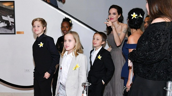 Angelina Jolie khoe hình xăm 'ràng buộc' cô với Brad Pitt