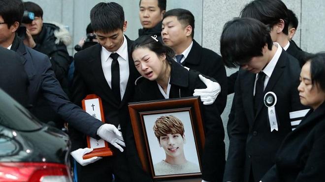 Bác sĩ tiết lộ giây phút cấp cứu Jong Hyun trong vụ tự tử