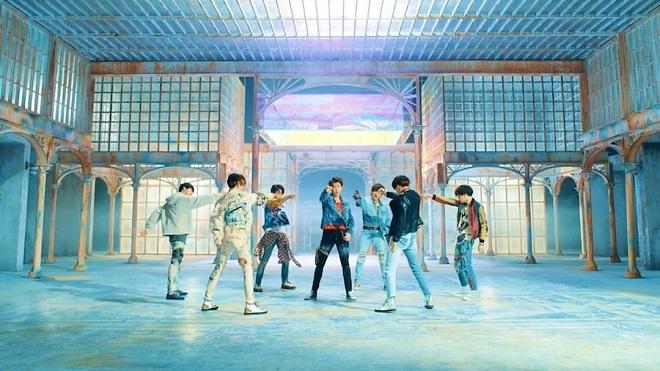 Khi ARMY toàn thế giới ăn mừng, BTS vẫn miệt mài luyện tập cho đêm live 'Fake Love'