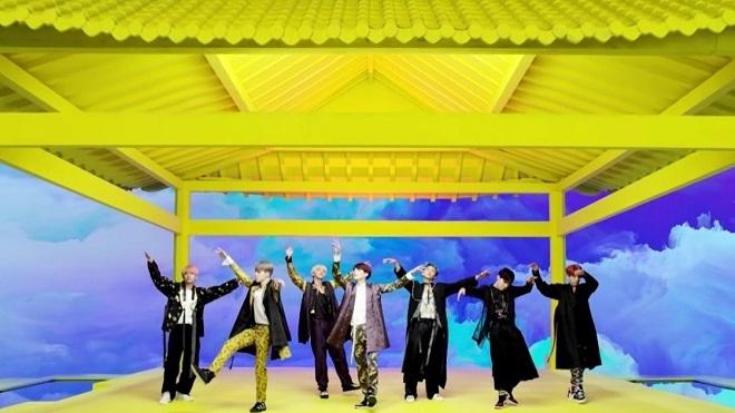 'Idol' của BTS càn quét toàn bộ BXH Hàn Quốc, fan Việt phản ứng trái chiều