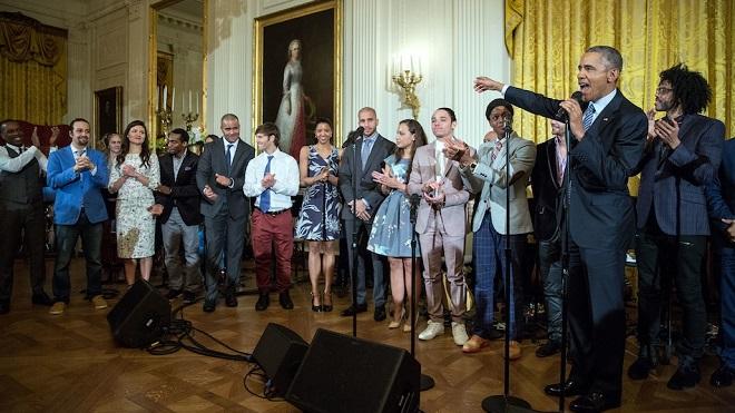 Cựu Tổng thống Mỹ Barack Obama khoe giọng nam tính khi vào vai nhà lập quốc George Washington