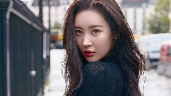 Sunmi bị ném đá dữ dội vì tâng bốc BTS quá lời