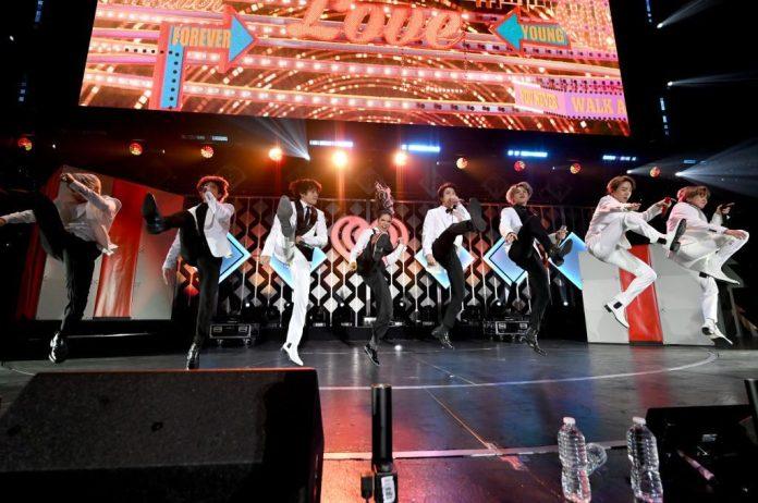 BTS, Halsey, BTS nhận quà giáng sinh, BTS được ông già Noel tặng quà, Halsey và Suga, giáng sinh, Kpop, Boy With Luv, ARMY, Road to Manic