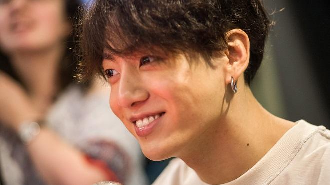 ARMY đòi 'khám' mỹ phẩm của Jungkook BTS vì mặt mộc của anh quá đẹp