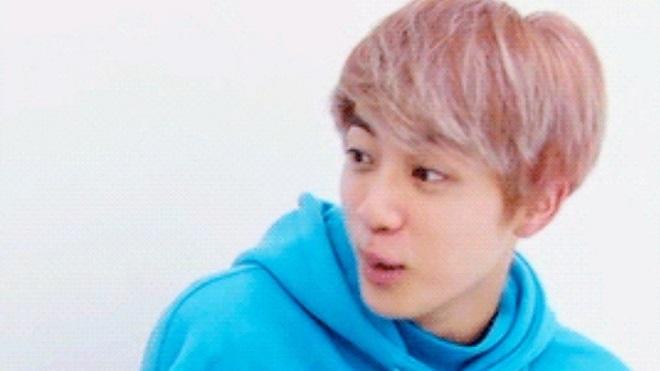 Jin BTS nhiều lần ngượng chín mặt vì bị ARMY soi chi tiết nhạy cảm