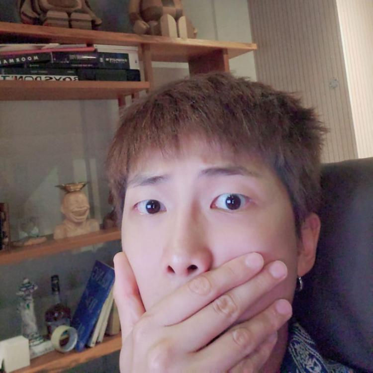 BTS, BTS khoe album mới, RM BTS khoe album mới, Kiểu tóc siêu ngầu của BTS, ARMY phát cuồng với kiểu tóc siêu ngầu của RM BTS, BTS tin tức, Bts album mới, bts video, bts